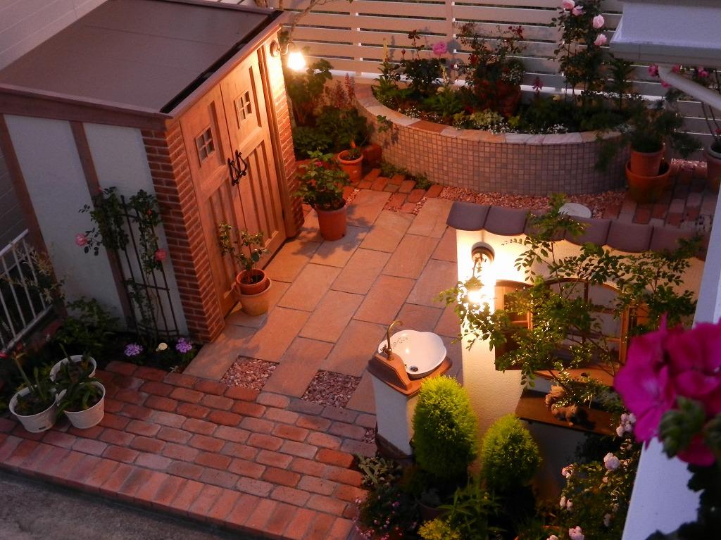 2階から夜の庭を眺めて。(施工後)