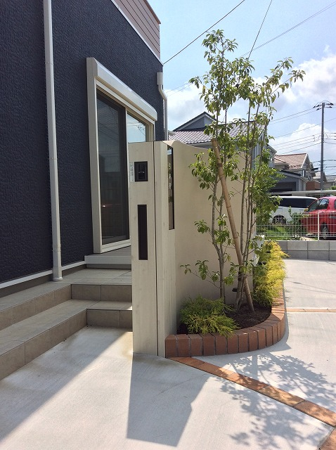 スッキリとした門周り。植栽がよく映えます。千葉市