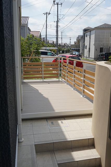 リビング前にはウッドデッキとフェンス。色々と活躍するスペースですね。