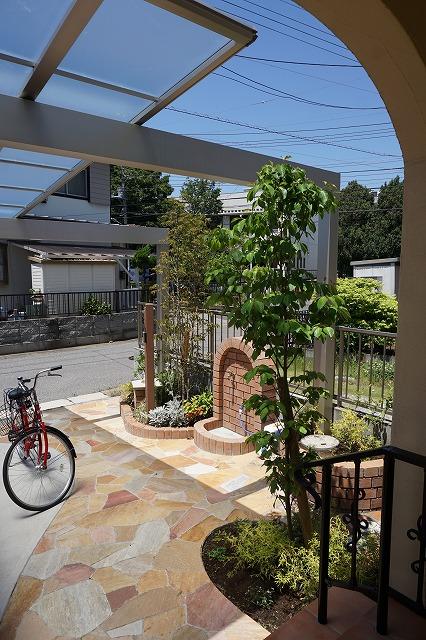 玄関から眺めるアプローチが庭のよう^^!