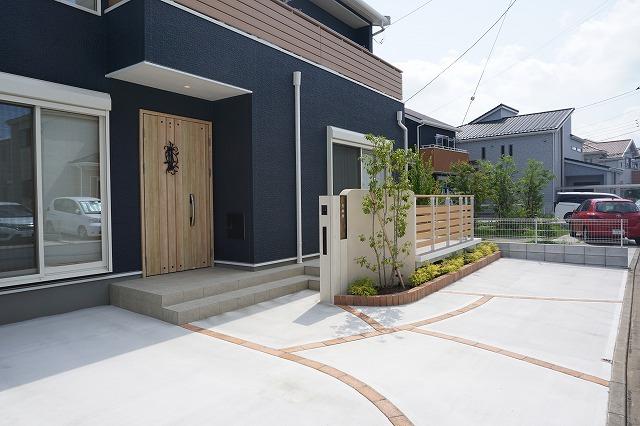 玄関前に機能門柱、リビング前に目隠しフェンス、生活に寄り添ったデザインです。